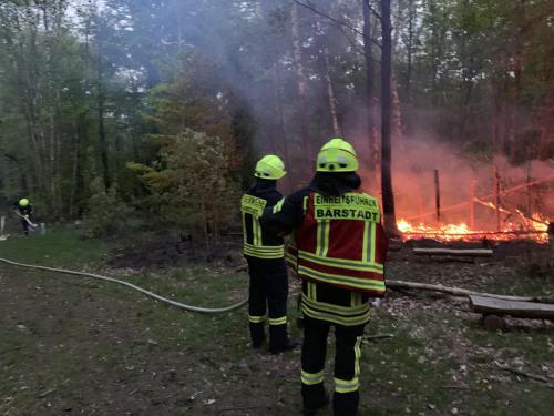 Das erste Strahlrohr wird von der Feuerwehr Bärstadt vorgenommen.